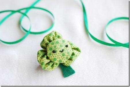 http://craftystaci.files.wordpress.com/2015/03/kanzashi-shamrock-pin-from-wild-olive.jpg?w=452&h=304