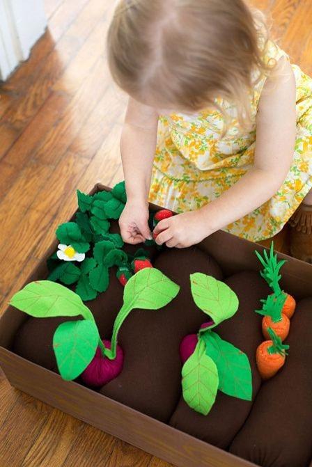 http://craftystaci.files.wordpress.com/2015/10/plantable-felt-garden-box-from-a-beautiful-mess.jpg?w=448&h=671